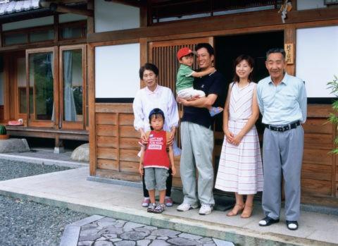 玄関前の三世代