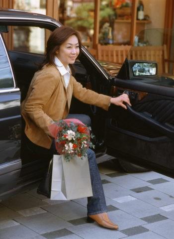 車から降りる熟年女性