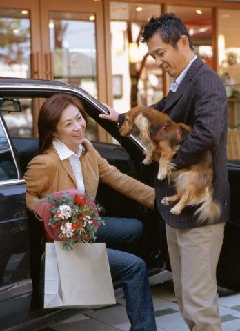 車と熟年カップルと犬