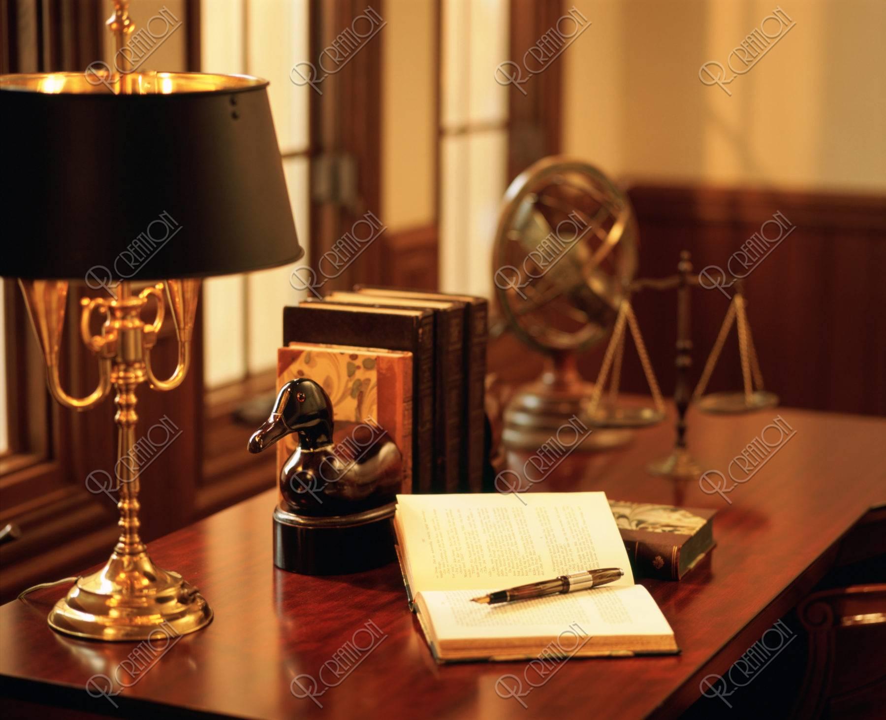 窓辺の机と本