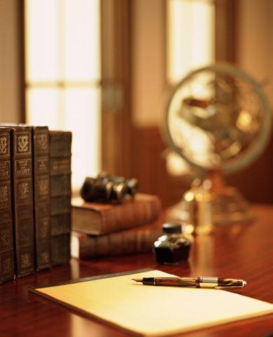 窓辺の机と万年筆