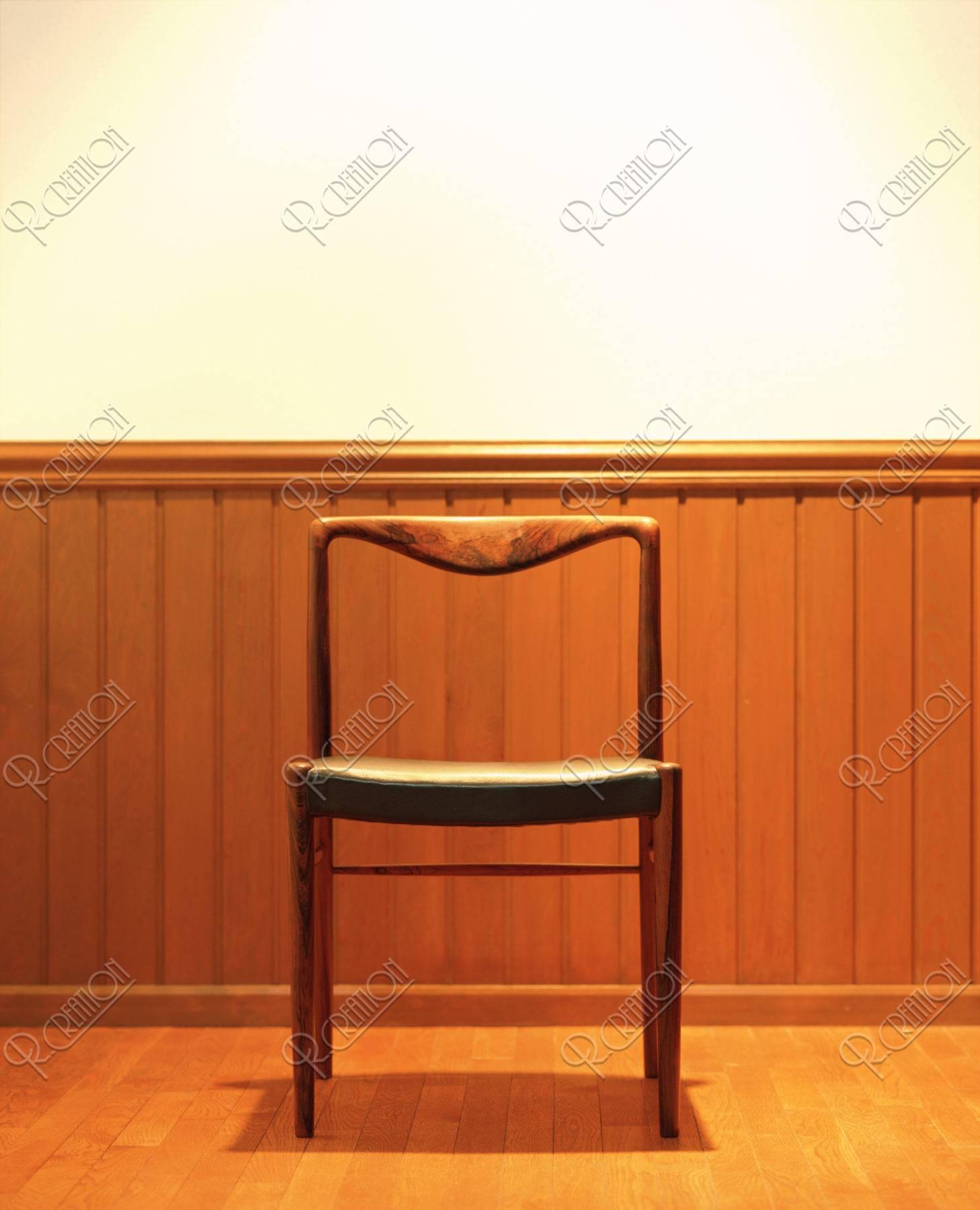 椅子とスポットライト