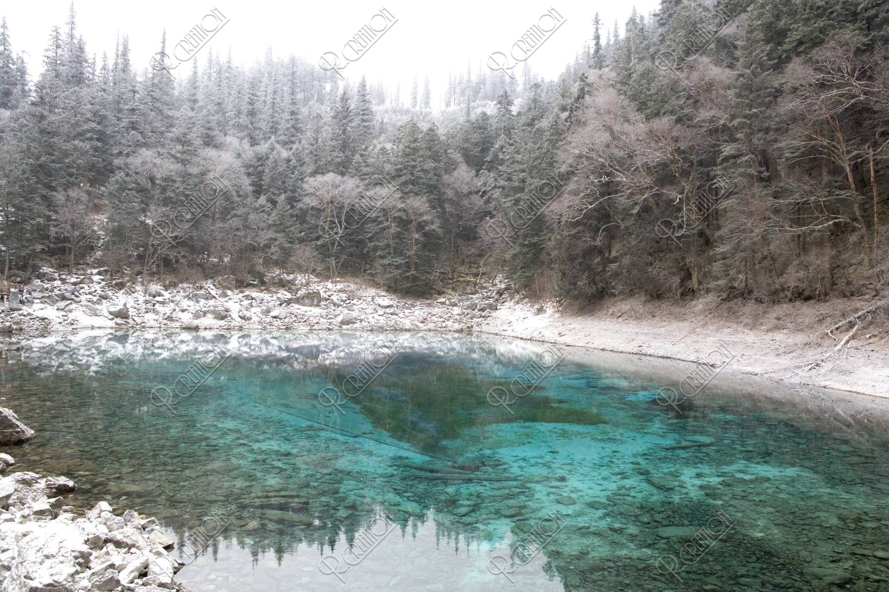 淡雪積もる五彩池 w