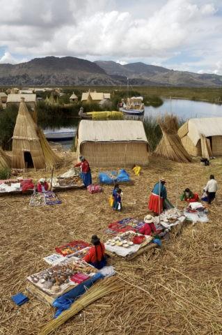 チチカカ湖 ウロス島 土産物を売るウロ族