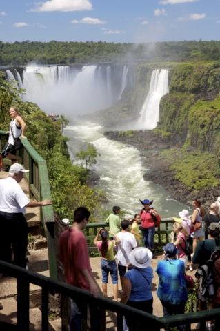 イグアスの滝 悪魔のノド笛と観光客 w