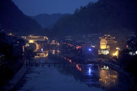 鳳凰古城 沱江と街並の夜景