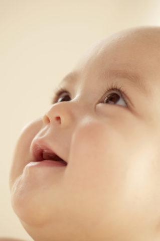 赤ちゃんの顔のアップ