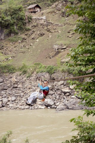 怒江を渡るリス族の女性 怒江リス族自治州