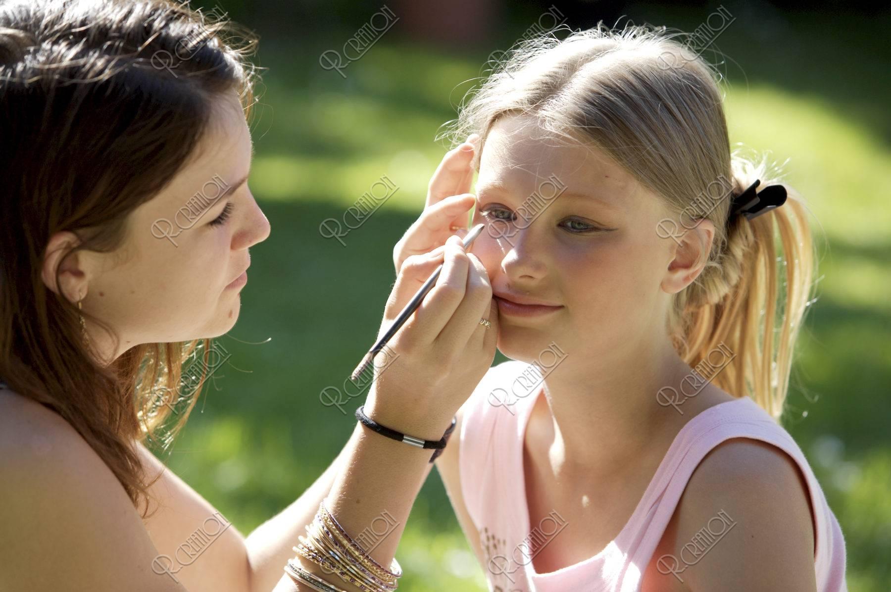 化粧するデンマークの少女達