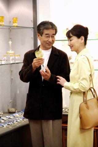 買い物をする熟年夫婦