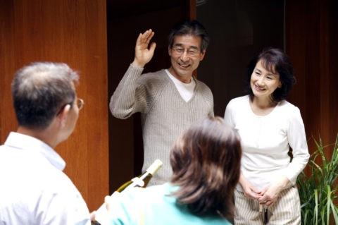 友人を迎える熟年夫婦