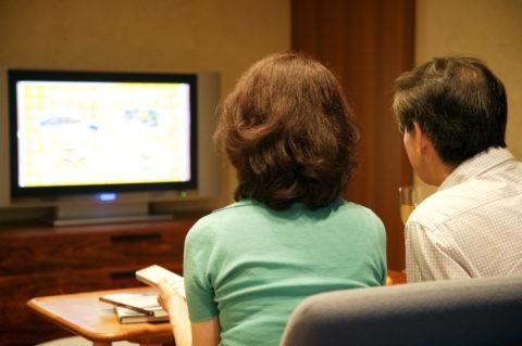 プラズマテレビを見る熟年夫婦