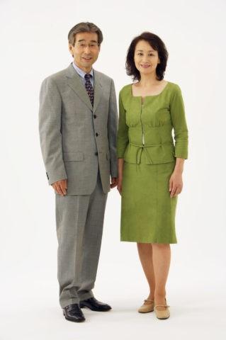 スーツ姿の熟年夫婦
