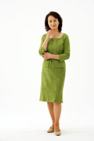 スーツ姿の熟年女性