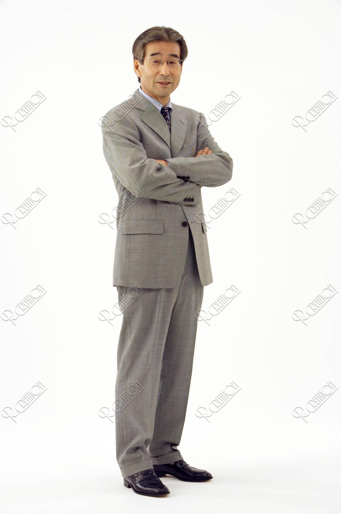 スーツ姿の熟年男性
