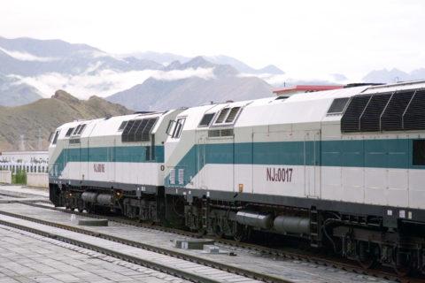 青蔵鉄道列車とラサの山並み ラサ市