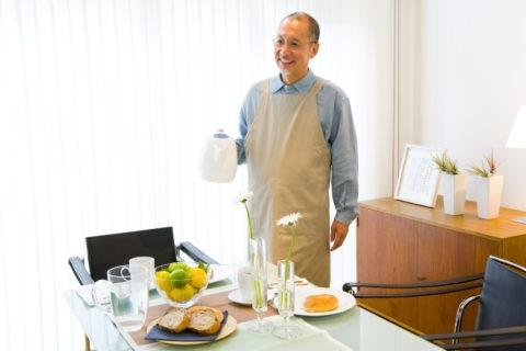 朝食の熟年男性