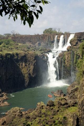 乾期のイグアス滝とボート