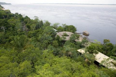 アマゾン川と密林のコテージ