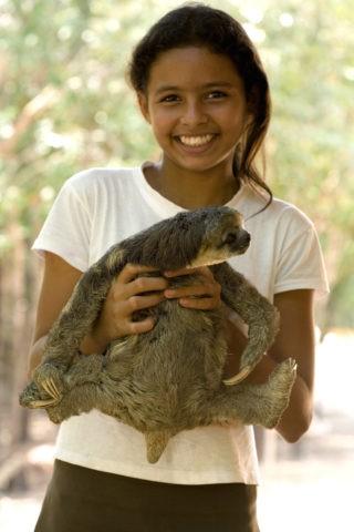 ミツユビナマケモノを抱く少女