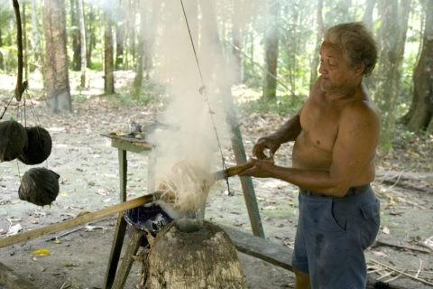 生ゴムを燻蒸してゴム玉を作る
