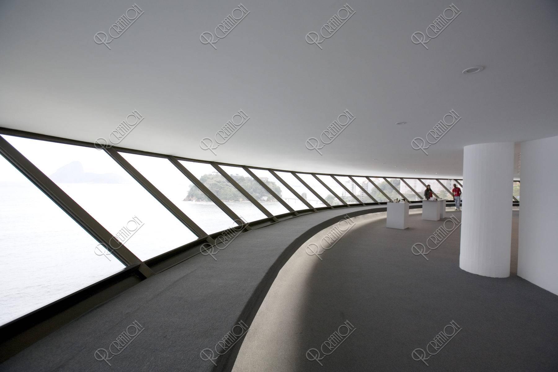 オスカー・ニーマイヤー設計の現代美術館内部