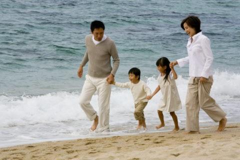 浜辺を駆けるファミリー