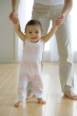 歩く練習をする赤ちゃん