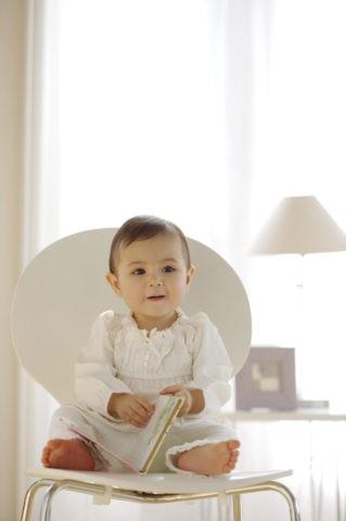 赤ちゃん ハーフ 白色 座る