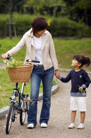 ファミリー 新緑 自転車 公園 母 娘