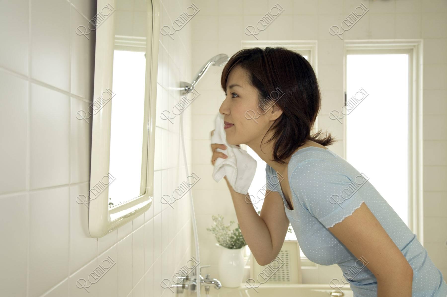 女性 鏡 洗顔 洗面所 笑顔