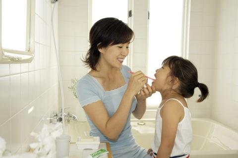 ファミリー 歯磨き 笑顔 母 娘 洗面所