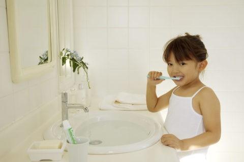 少女 子供 歯磨き 洗面所