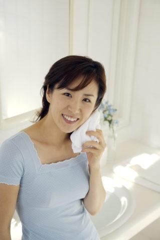 女性 洗顔 笑顔 洗面所