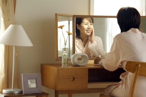 女性 鏡 ドレッサー 室内 笑顔