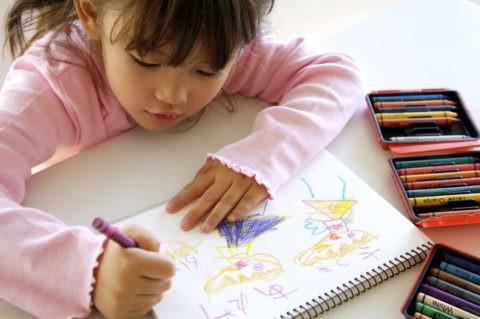 少女 子供 お絵描き クレヨン 室内