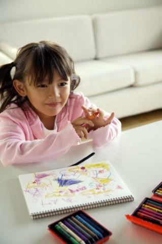 少女 子供 お絵描き クレヨン 笑顔 室内