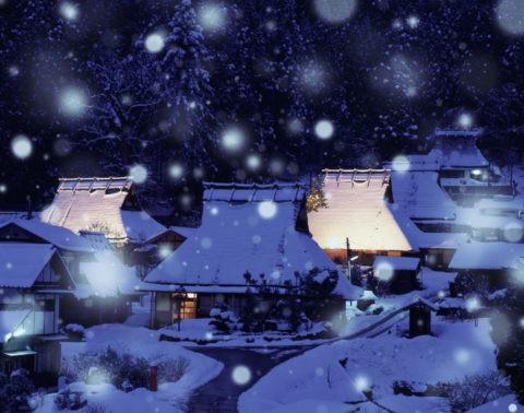 茅葺き 民家 家並み 夜景 雪 冬 合成