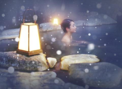 露天風呂 温泉 湯煙 女性 行燈 雪 冬 合成