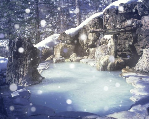 露天風呂 温泉 湯煙 雪 冬 合成