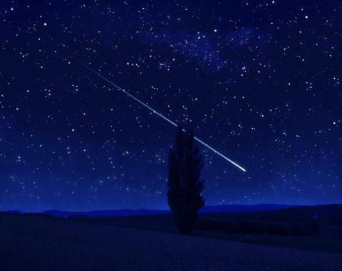 星空 流れ星 夜景 丘 木 合成