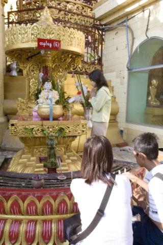 スーレーパゴダ 仏舎利塔 仏教 若者 信者 祈願