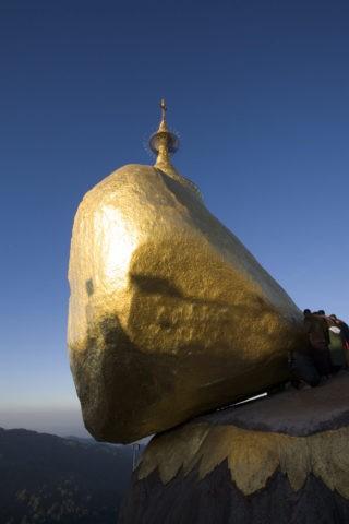 チャイティーヨーパゴダ 仏舎利塔 ゴールデンロック 奇岩 巡礼地