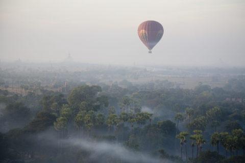 空撮 ティーロミィンロー 寺院 熱気球 朝もや