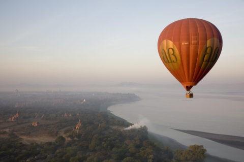 空撮 熱気球 朝もや パゴダ 仏舎利塔