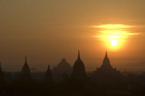 朝焼け 太陽 寺院 パゴダ 仏舎利塔