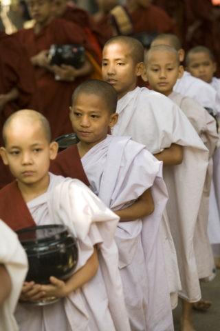 少年僧 修行僧 托鉢 少年 マハーガンダーヨン僧院
