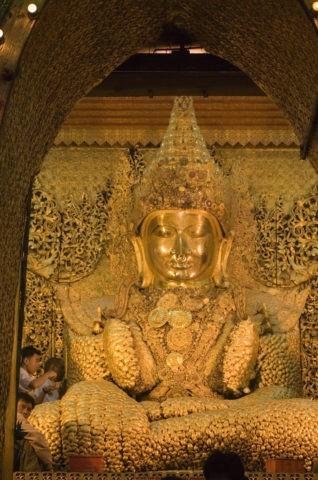 マハムニパゴダ 仏像 黄金色 金箔