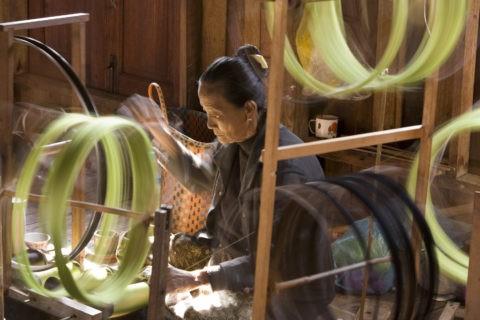 糸紡ぎ 織物 糸車 女性 外国人