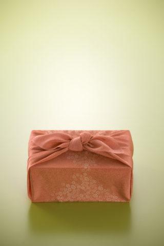 和風 風呂敷包み 贈り物